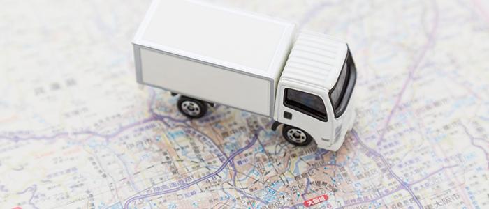 地図の上にトラックの玩具が乗っている